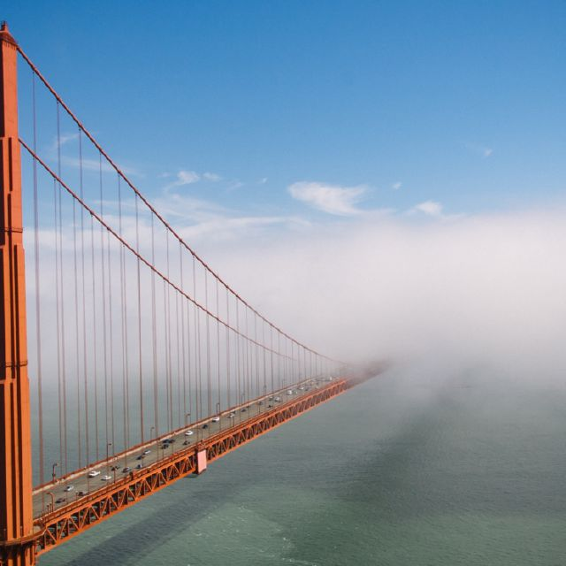 Die Golden Gate Bridge verschwindet in den Wolken.