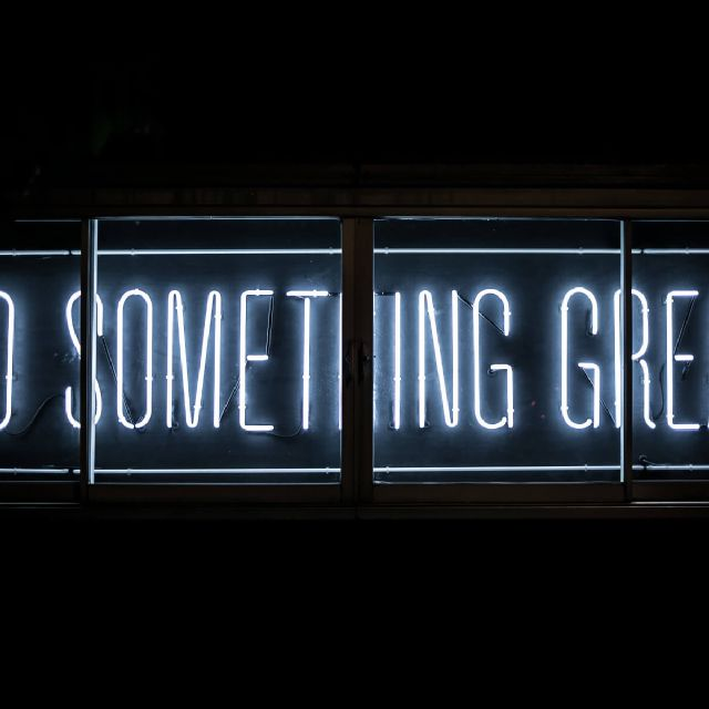 LED Schild mit der Aufschrift: DO SOMETHING GREAT
